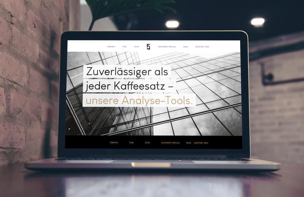"""Headline von der Website von Five Quarters Real Estate: """"Zuverlässiger als jeder Kaffeesatz – unsere Analysetools!"""""""