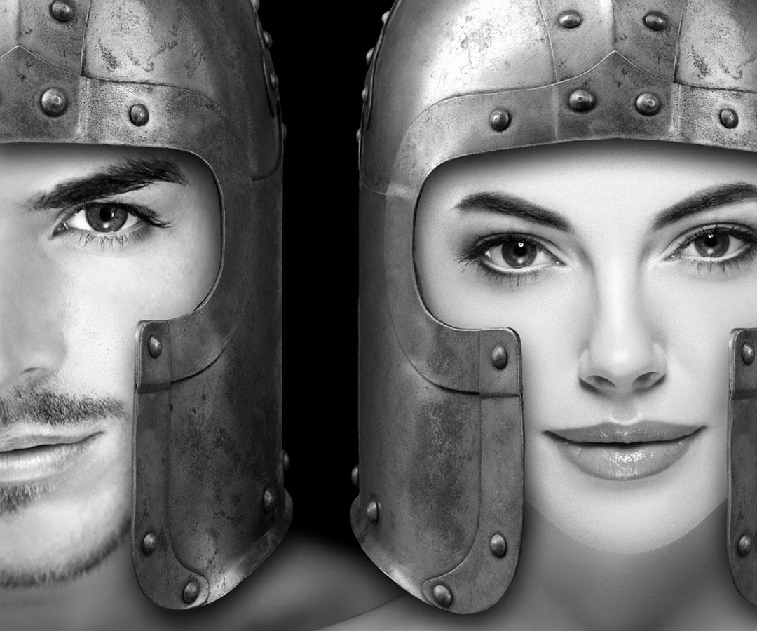 Zwei Beautymodels, die ihre Haut schützen, indem sie Ritterhelme tragen