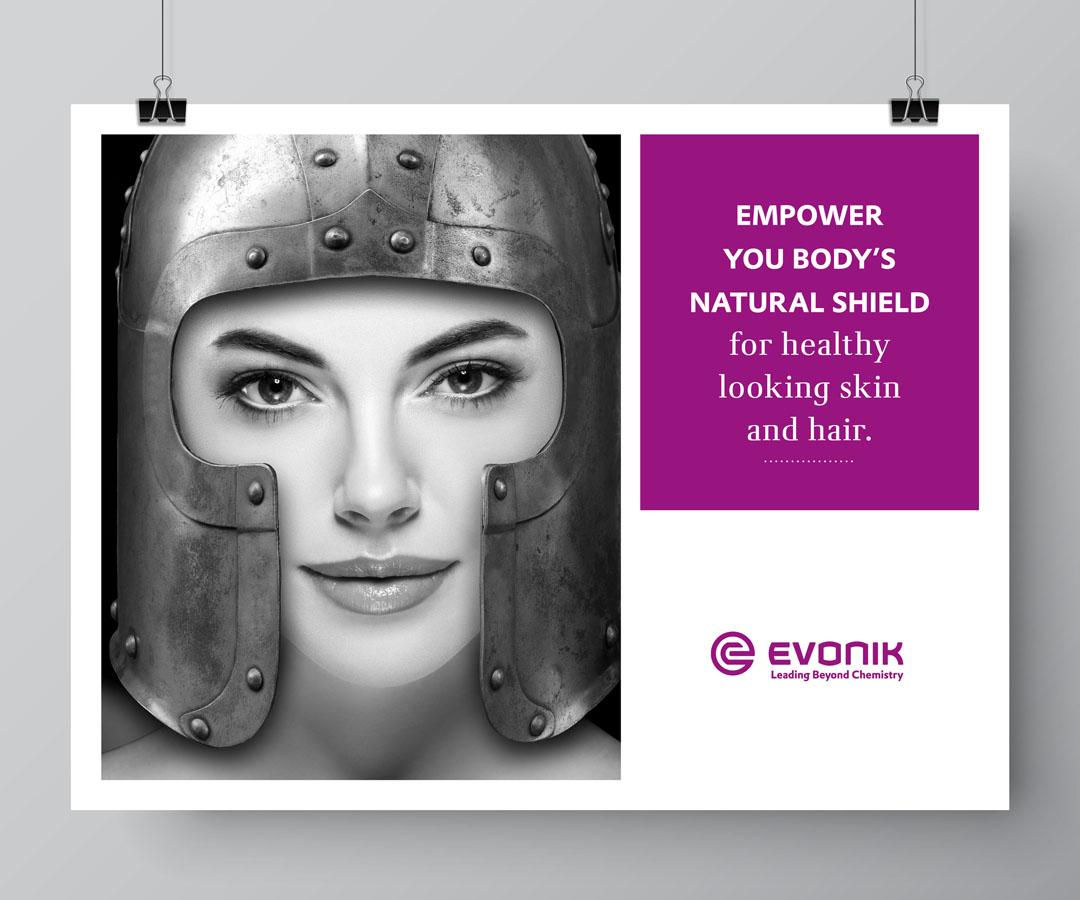 """Ein Beautymodel, das seine Haut schützt, indem es einen Ritterhelm trägt; Headline: """"Empower your body's natural shield for healthy looking skin and hair."""""""